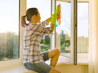 Zakoupení a namontování nových plastových oken neznamená, že už je provždy máte vyřešené a nemusíte se o ně starat. Právě naopak – to, jak dlouho vám budou okna dobře sloužit, závisí nejen na jejich kvalitě, ale i na tom, jakou péči jim budete věnovat. Jedině pravidelná údržba a drobné servisní zásahy zajistí vašim oknům bezproblémové fungování a dlouhou životnost. Alt: Jak udržovat plastová okna Popisek pod obrázkem: Okna Internorm sice mají výrazně delší životnost, i tak jejich údržbu ale nepodceňujte. Základem je správné čištění Pěkného vzhledu a správné funkčnosti dosáhnete u oken jedině jejich pravidelným čištěním. Nezapomínejte přitom ani na části, které nejsou jen tak přístupné, a dostanete se k nim jen při otevření okna dokořán. Na různé části používejte jiné prostředky. Čištění rámů provádějte běžnými čisticími prostředky bez obsahu rozpouštědel, vyhněte se také hrubým čisticím práškům, které by povrch mohly poškrábat. Nedoporučujeme ani prostředky na bázi acetonu, benzínu, čpavku nebo jiných agresivních látek, které rám poleptají. Kontrolujte a promazávejte kování Minimálně jednou ročně si vyhraďte čas na kontrolu a promazání kování oken, které probíhá velmi jednoduše – nakapejte pár kapek silikonového oleje do otvorů na kování. Následně podle potřeby dotáhněte upevňovací šrouby. Používejte takové prostředky, které jsou přímo na kování určená a nenaruší jejich ochranu proti korozi. Na závěr se můžete pustit do pravidelného seřízení oken – jak správně postupovat si přečtěte v jednom z našich předchozích článků. Nezapomeňte a těsnění a odtokové otvory Ani s čištěním skel a rámů nejste ani zdaleka s péčí u konce. I přesto, že mají dnešní moderní polymerová těsnění už tak velmi vysokou životnost, pokud je navíc jednou za rok přestříkáte olejem na silikonové bázi, jejich životnost a pružnost se ještě prodlouží. Nezapomínejte ani na odtokové otvory, které najdete na vnější straně okna. Slouží k odtoku dešťové vody, která vnikla mezi rám a křídlo okna – je proto 