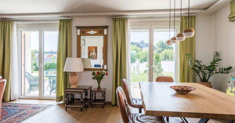 Jídelna se zelenými závěsy a okny Internorm