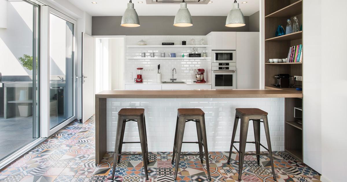 Bílá kuchyně s okny Internorm
