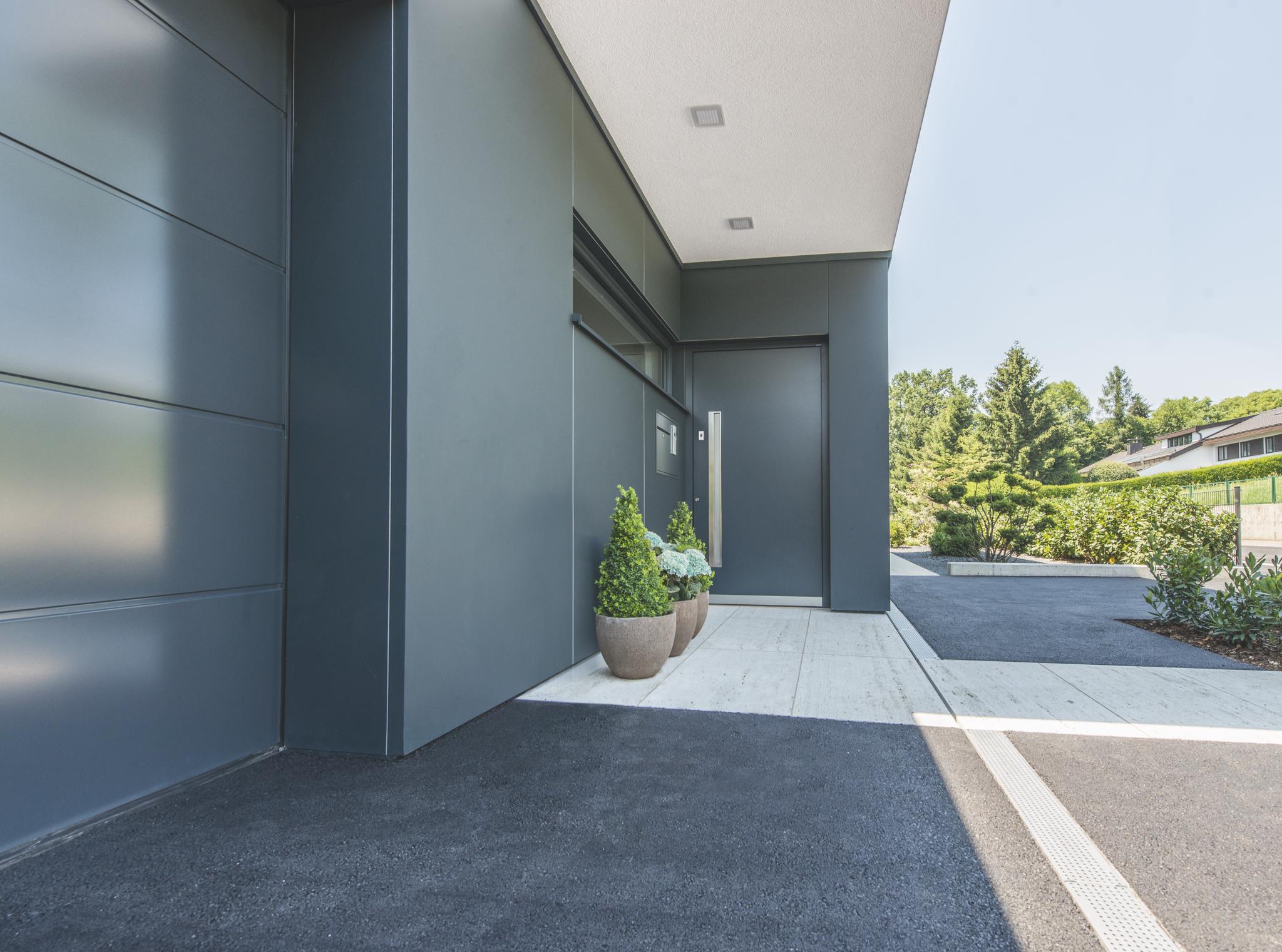 Bezpečnostní vchodové dveře Internorm u moderního domu