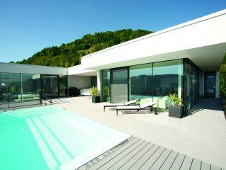Moderní dům s velkým bazénem a zahradou
