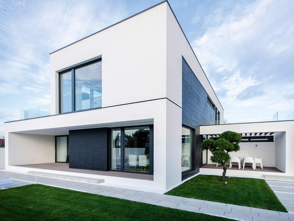 Moderní dům s velkými okny