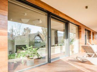 Zdvižněposuvné dveře a velkoformátová okna moderního domu