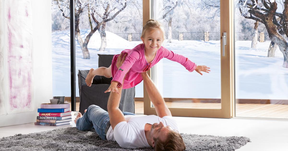 Otec s dcerou si hrají v obývacím pokoji