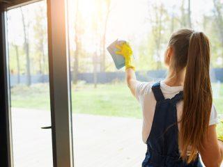 Žena umývá okno