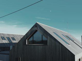 Střešní okna na venkovském domě
