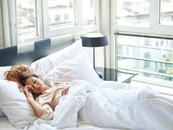 Žena spící v ložnici