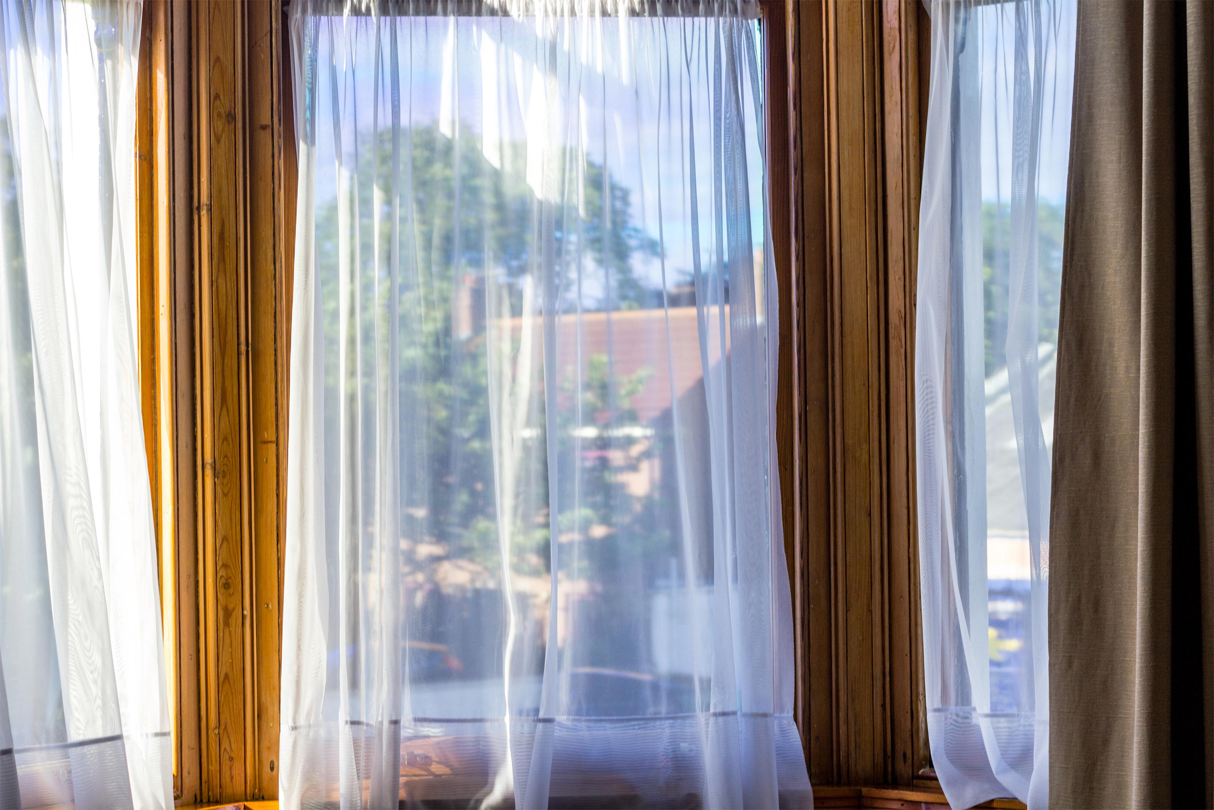 Záclony na okně.