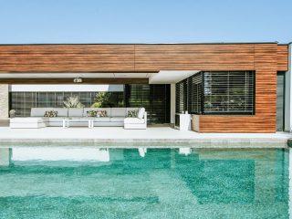 Moderní dům s bazénem a terasou