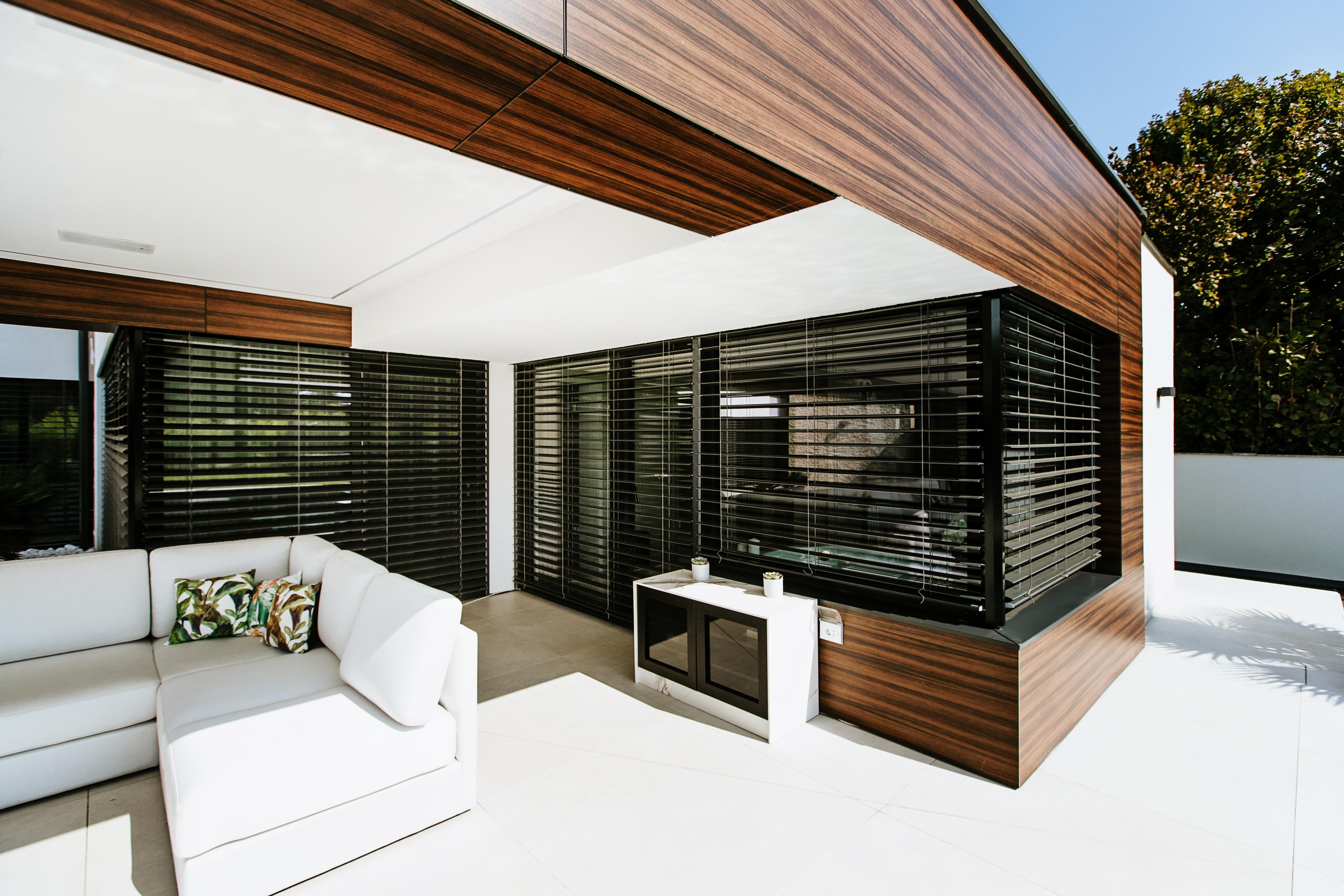 Moderní dům s venkovními žaluziemi