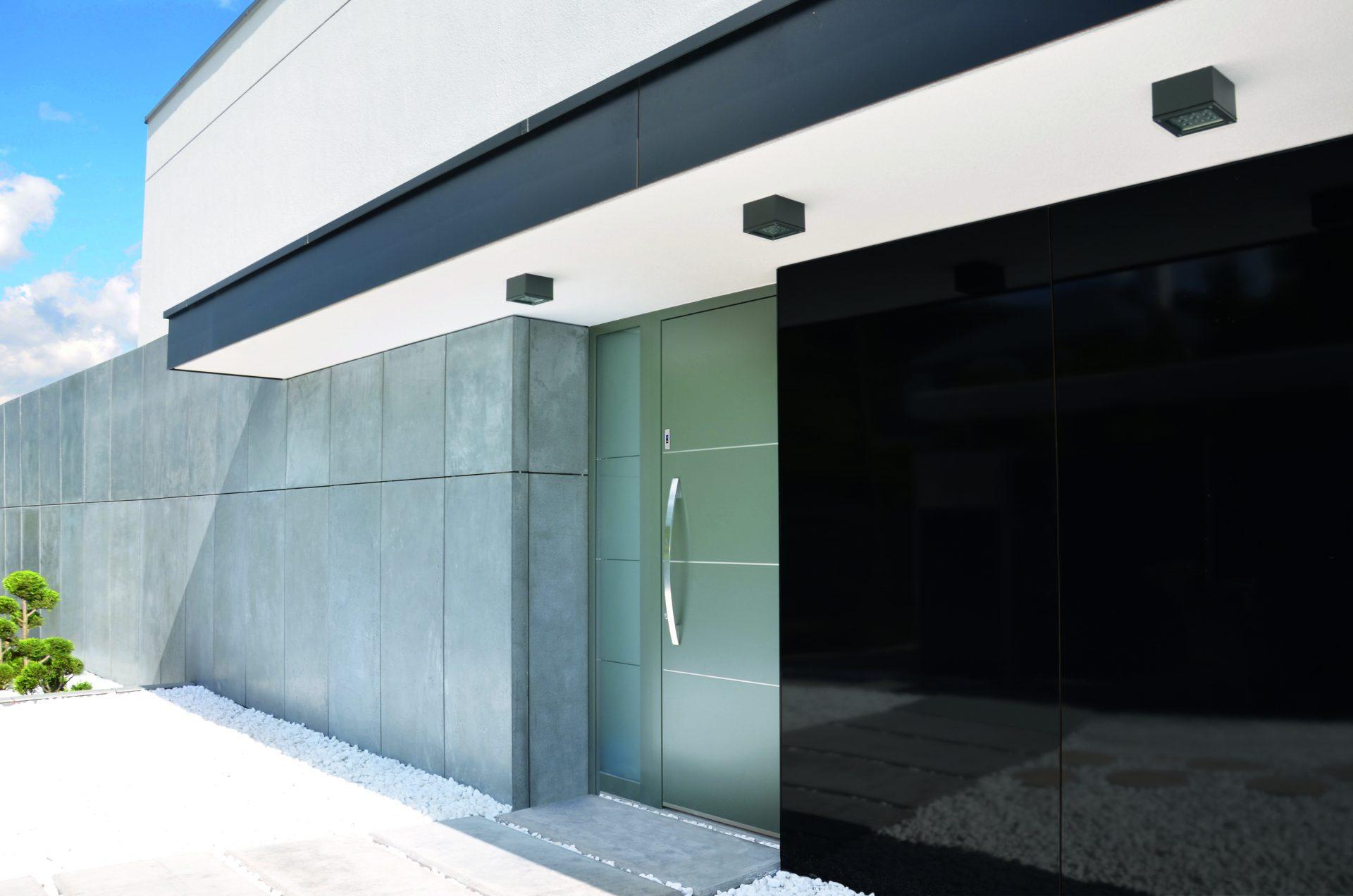 šedé vchodové dveře